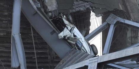 Mobil yang ringsek terjepit badan jembatan Kukar yang runtuh. (Foto: Dwi Ardianto/Tribun Kaltim)