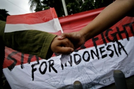 pemuda yang tergabung dalam Forum Indonesia Bergandengan melakukan aksi bergandengan tangan di kawasan Titik Nol Km, Yogyakarta