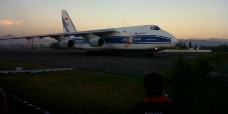 Pesawat kargo (angkut) militer milik AU Rusia berjenis Antonov An-124-100 yang membawa 2 unit pesawat Su-30-Mk2 terakhir pesanan TNI AU tiba di Lanud Hasanuddin pada hari Rabu (4/9/2013) -- Foto: Kompas/Hendra Cipt0