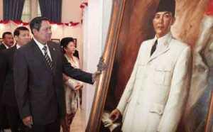Presiden SBY sedang memperhatikan lukisan Bung Karno yang akan dipajang di Istana Negara.
