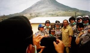 Bupati Karo & Polwan narsis wisata bencana di Sinabung