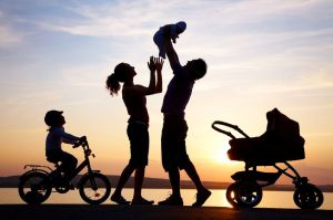 silhouettes-of-parents-and-kids-credomag com