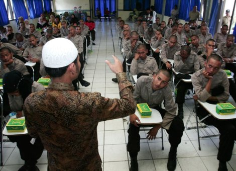 Polisi sedang mendengarkan ceramah agama dalam pendidikan. (Foto: republika.co.id)
