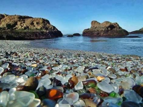 Pantai yang dipenuhi batu mulia. Tentu ini hasil kreasi olah digital saja.