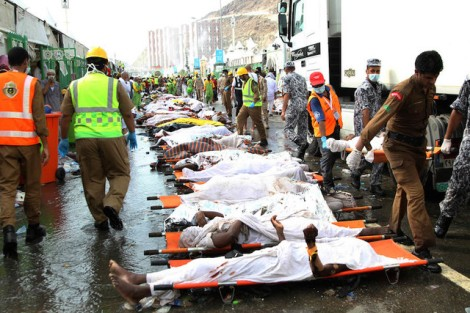 Members of the Saudi emergency services line up the bodies of some of those killed in a stampede in the Mina neighborhood of Mecca, Saudi Arabia, 23 September 2015. According to Saudi officials the latest death toll from the stampede which ocurred as pilgrims observed one of the stages of Hajj has exceeded 700 with well over 800 estimated to have been wounded, even as a Saudi official has said the number of deaths may still increase.  EPA/STR - epa04947085