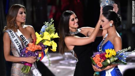 Mahkota yang dicopot dari MIss Universe Kolombia disematkan ke Miss Universe Filipina. (Foto: cnn.com)